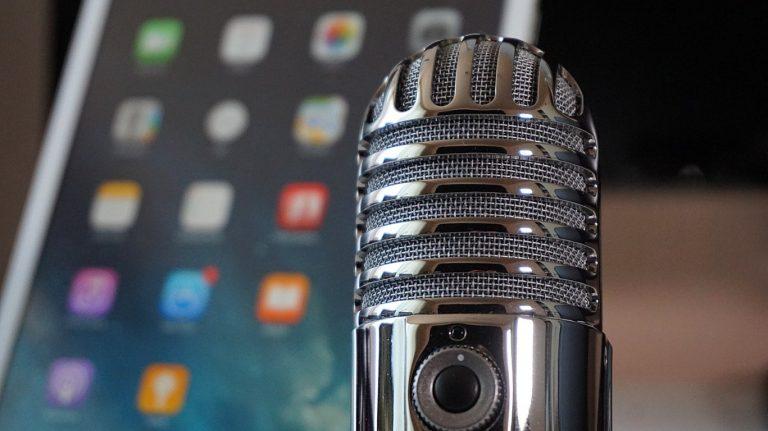 telefono-e-microfono-per-clubhouse-k89design-agenzia-di-comunicazione-a-padova